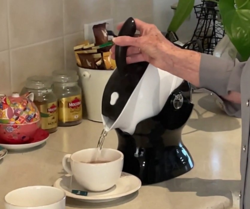Pouring a cup of tea with the Uccello Kettle